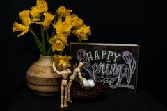 Glückliche Frühling Ostereier mit zwei Mannequins Lizenzfreies Stockfoto