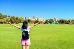 Glückliche Frau in Adelaide-Stadt Lizenzfreie Stockbilder