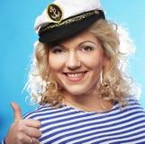 Glückliche Frau auf blauem Hintergrund Lizenzfreies Stockfoto