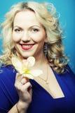 Glückliche Frau auf blauem Hintergrund Stockfotografie