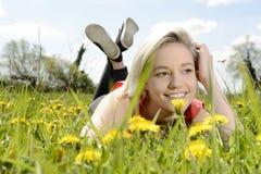 Glückliche Frau auf Blumenwiese Stockbild