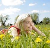 Glückliche Frau auf Blumenwiese Lizenzfreie Stockfotos