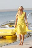 Glückliche Frau auf Bootshintergrund Stockfotos