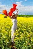 Glückliche Frau auf dem Gebiet von goldenen Blumen, Eifer für das Leben stockfotos