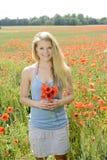 Glückliche Frau auf dem Mohnblumegebiet Lizenzfreie Stockfotos