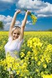Glückliche Frau auf dem Rapsgebiet Stockbilder