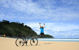 Glückliche Frau auf dem Strand Lizenzfreies Stockfoto