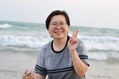 Glückliche Frau auf dem Strand Stockbilder