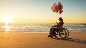Glückliche Frau auf dem Strand, der Ballons hält stock video footage