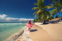 Glückliche Frau auf dem tropischen sandigen Strand, Saona-Insel, dominikanisch lizenzfreie stockfotografie