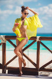 Glückliche Frau auf dem tropischen Strand Stockfoto