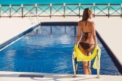 Glückliche Frau auf dem tropischen Strand Stockfotos