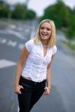 Glückliche Frau auf der Straße Stockfotos