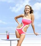 Glückliche Frau auf einer Plattform nimmt das Ein Sonnenbad nehmen Lizenzfreies Stockfoto