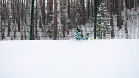 Glückliche Frau auf flaumigem Schnee stock footage