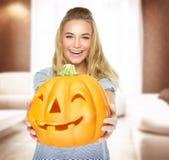 Glückliche Frau auf Halloween-Partei Stockfoto