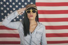 Glückliche Frau auf Hintergrund der amerikanischen Flagge lizenzfreies stockfoto