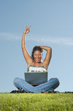 Glückliche Frau auf Laptop Lizenzfreie Stockfotografie