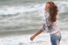 Glückliche Frau auf Seehintergrund Stockbild