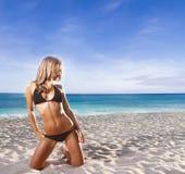 Glückliche Frau auf Seehintergrund Stockfoto