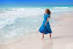 Glückliche Frau auf Seeküste Stockfotos