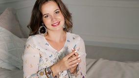 Glückliche Frau aufgeregt mit Schwangerschaftstestergebnis lizenzfreie stockfotografie