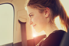 Glückliche Frau in den Flugzeugen stockfoto