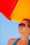 Glückliche Frau in den Sonnenbrillen auf Strand Stockbild