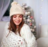 Glückliche Frau in der Decke erhalten warmes zu Hause Schlafzimmer Lizenzfreie Stockfotos