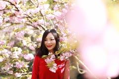 Glückliche Frau der Freiheit, die frei im Frühjahr in den Sommer der Natur im Freien glaubt Stockfoto