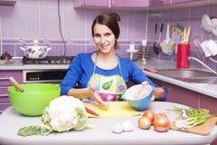 Glückliche Frau in der Küche Lizenzfreie Stockfotos