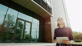 Glückliche Frau in der Sonnenhintergrundbeleuchtung Lizenzfreie Stockfotografie