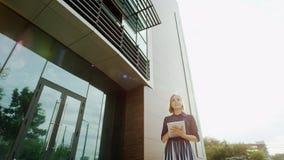 Glückliche Frau in der Sonnenhintergrundbeleuchtung Lizenzfreies Stockfoto