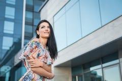 Glückliche Frau in der Stadt Lizenzfreies Stockfoto
