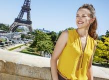 Glückliche Frau, die Abstand gegen Eiffelturm, Paris untersucht Lizenzfreie Stockfotografie