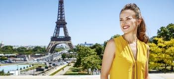 Glückliche Frau, die Abstand gegen Eiffelturm, Paris untersucht Lizenzfreie Stockfotos