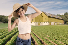 Glückliche Frau, die am Ackerland steht Stockfotos