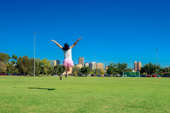 Glückliche Frau, die in Adelaide-Stadt springt Stockfoto