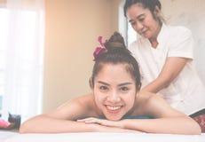Glückliche Frau, die auf dem Badekurortbett wartet, um Badekurortkurs zu tun liegt stockfoto
