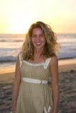 Glückliche Frau, die auf dem Strand lächelt Lizenzfreie Stockfotos