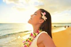 Glückliche Frau, die auf Hawaii-Strandferien sich entspannt stockbilder