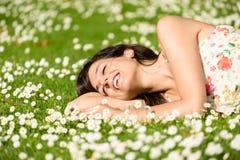 Glückliche Frau, die auf Natur sich entspannt Lizenzfreie Stockfotos