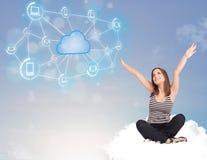 Glückliche Frau, die auf Wolke mit der Wolkendatenverarbeitung sitzt Stockfotografie