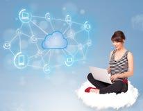 Glückliche Frau, die auf Wolke mit der Wolkendatenverarbeitung sitzt Lizenzfreie Stockfotografie
