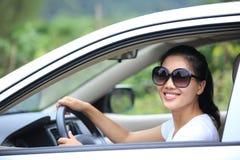 Glückliche Frau, die Auto fährt lizenzfreies stockfoto