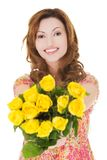 Glückliche Frau, die Bündel Rosen gibt Lizenzfreies Stockfoto