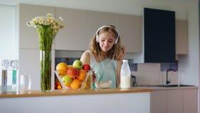 Glückliche Frau, die Corn-Flakesfrühstück am Morgen isst Frauenfrühstück gesund stock video