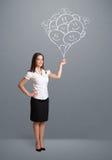 Glückliche Frau, die das lächelnde Ballonzeichnen hält Lizenzfreie Stockfotos