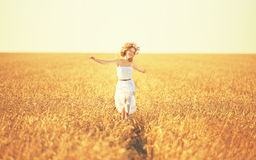 Glückliche Frau, die das Leben auf dem goldenen Weizengebiet genießt Stockbild