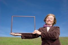 Glückliche Frau, die das Leben: genießt) Lizenzfreies Stockfoto